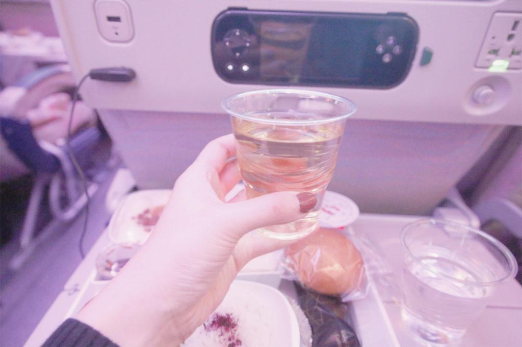 エミレーツ航空のお酒、ワインは白・赤からチョイス