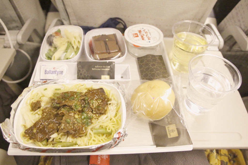 エミレーツ航空の機内食(ディナー・牛肉焼きそば)
