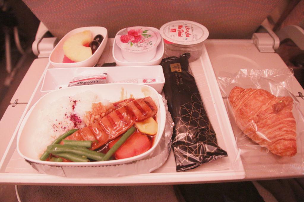 エミレーツ航空の機内食(朝食・鮭の照り焼き)